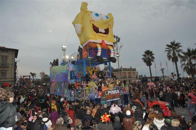 Al quarto corso mascherato torna il carro di spongebob