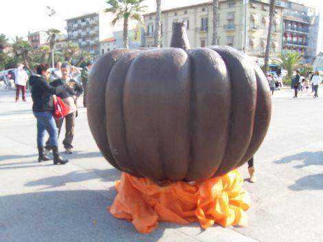 Zucca Di Halloween Piu Grande Del Mondo.Cioccohalloween Realizzata La Zucca Di Cioccolata Piu Grande Del Mondo News Viareggino