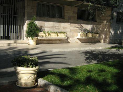 Vasi di fiori sulle panchine in marmo all 39 ingresso del for Vasi marmo