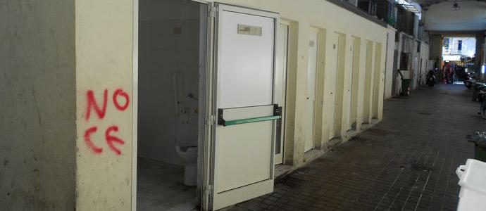 Raid vandalico ai bagni pubblici di piazza cavour news - Porte per bagni pubblici ...