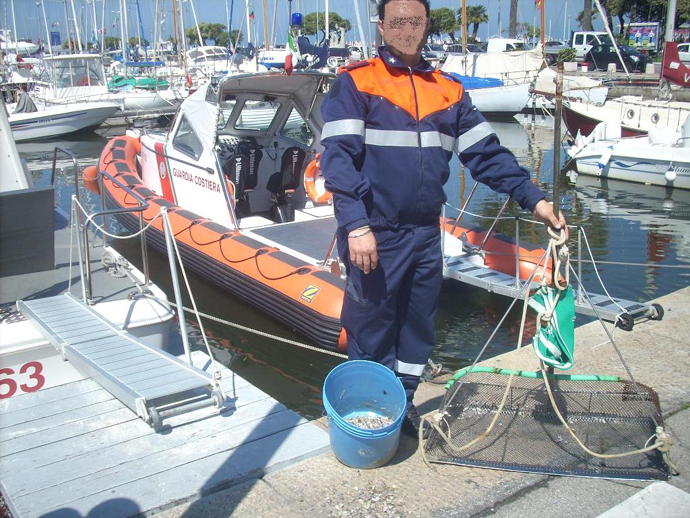 Guardia Costiera: 17 kg di arselle sequestrate e multa di 3000 euro al pescatore
