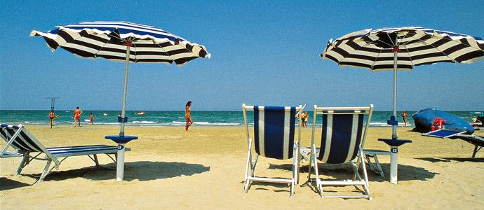 A pietrasanta ombrelloni in assegnazione gratuita per l estate 2013 news viareggino - Bagno biancamano tonfano ...