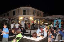 Bar Orsi, sabato 24 si tuffa negli anni di John Travolta.  Domenica 25 esplora il Brasile