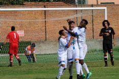 Nella foto (di Aldo Umicini) Lucaccini esulta dopo aver segnato l'1-0, abbracciato dai giovani compagni Moussafi e Nasif Djibril