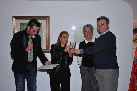 Il coriandolo d'oro a Grazia Di Michele e una targa ringraziamento alla redazione della Tg R Toscana. LE FOTO!