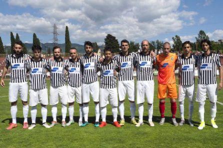Nel playout decisivo per mantenere la categoria, le zebre vincono coi gol di Aliboni e Marinai. A retrocedere in Eccellenza è la Fezzanese di Pierini