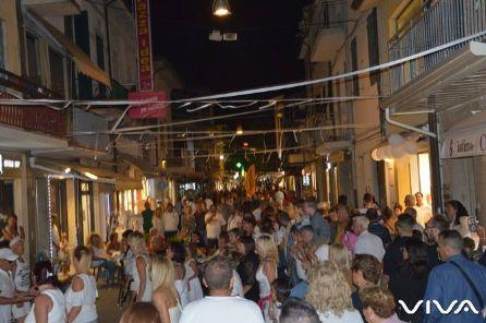 Tanta gente in centro per la festa promossa da Viva e dai commercianti con il patrocinio del Comune
