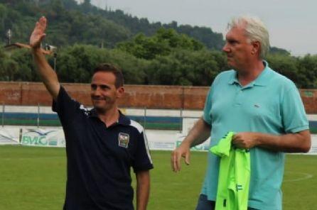 Nella foto il quasi commosso saluto di Walter Vangioni (qui accanto al presidente Lorenzo Vannucci) al Seravezza Pozzi